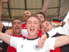 Coach, Andy, Loddar, Drohni und Bernd beim Torjubel